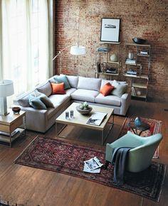 Wohnzimmer mit zwei Teppichläufern in Rot