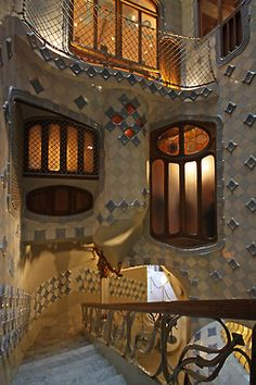 Escalera interior y patio de la Casa Batlló. Beautiful Architecture, Art And Architecture, Architecture Details, Staircase Outdoor, Grand Staircase, Barcelona Architecture, Barcelona Catalonia, Antoni Gaudi, Architectural Elements