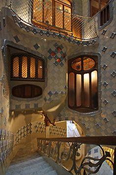 Escalera interior y patio de la Casa Batlló. Gaudí. Barcelona