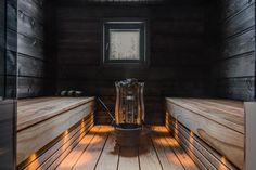 Tummat seinät, hyvin suunniteltu valaistus ja Magnum-kiuas luovat upeat puitteet saunomiselle.