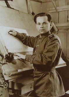 Старший сержант Михаил Калашников во время работы над проектом АК. СССР, 1947 год.