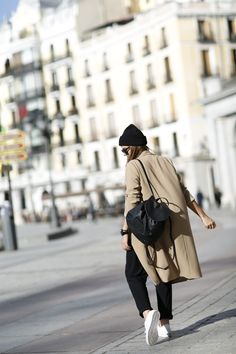 Natalia Cabezas is rocking this black and beige combination, creating a sleek and trendy style by pairing a camel coat and black slacks in addition to a cute leather backpack! Jacket: Oak&Fort, T-shirt: Anine Bing, Trousers: Zara, Sneakers: Adidasm Backpack: Levi's.