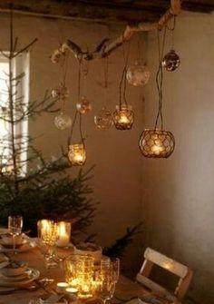 ideia de reuso de diversos materiais para porta velas na decoração de um ambiente para festa, jantar ou encontros diversos. Nessa imagem o suporte do arranjo com reuso de vidros, fios e correntes é um galho de árvore. Criatividade e capricho na composição são o que garantirá a harmonia do arranjo.:
