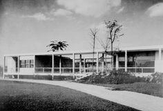 Uma das primeiras casas do Morumbi, em São Paulo, foi essa impressionante obra do engenheiro e arquiteto Oswaldo Bratke, em 1953. Ainda hoje uma obra belíssima,uma referência de estilo e de arquitetura.