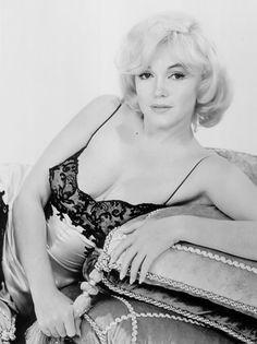 Marilyn Monroe / Born: Norma Jeane Mortenson, June 1926 in Los Angeles… Divas, Catherine Deneuve, Most Beautiful Women, Beautiful People, Colleen Camp, Marilyn Monroe Fotos, Body Noir, Joe Dimaggio, Actrices Hollywood