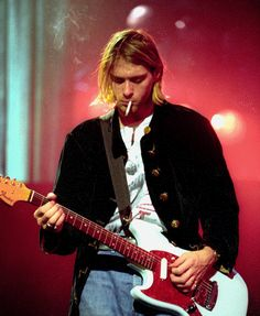 Kurt Cobain smoking a cigarette while onstage during Nirvana's MTV: Live and Loud concert in Nirvana Kurt Cobain, Kurt Cobain Photos, Kurt Cobain Style, Kurt Cobain Art, Nirvana Art, Nirvana Songs, Eddie Vedder, Festival Woodstock, Look Kylie Jenner