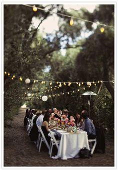 Damit der Grill-Abend im Freien auch ein voller Erfolg wird, darf ein bisschen Deko auf keinen Fall fehlen! Ein paar Outdoor- Lichterketten sind nicht teuer, machen aber viel her, Blumenvasen auf die Tische und die Atmosphäre stimmt!