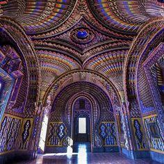 Caché dans la campagne toscane, le Castello di Sammezzano est un immense château qu'on dirait sorti des contes des 1001 nuits.
