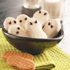 photo credit: Taste of Home Super quick ghost cookies! Great for large classes or daycare where one cookie per person is fine! :) Dip Nutter Butter cookies into melted white candy coating. Holiday Desserts, Holiday Treats, Holiday Recipes, Holiday Fun, Holiday Foods, Holiday Decor, Ghost Cookies, Nutter Butter Cookies, Halloween Goodies