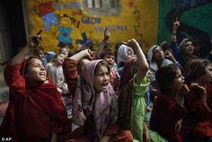 Un elemento que parece común a todo Pakistán es la diferente actitud que tienen las personas ante la educación de mujeres y hombres. El sistema patriarcal imperante en las cuatro provincias y las regiones tribales administradas federalmente hace que la sociedad no vea a las mujeres personas capaces de sustentar a sus familias ,y, en consecuencia, carecen de estatus y valor social. De ahí que de forma tradicional siempre se de mas educación a los hijos que a las hijas.