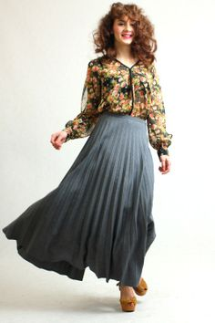 Piękna plisowana spódnica z dość grubego materiału, zapinana z boku na suwak i guzik.