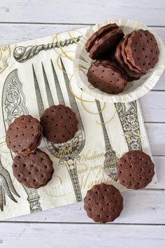 Tündérsüti: Csokis töltött keksz Biscuits, Nap, Sweets, Minden, Cookies, Chocolate, Recipes, Food, Crack Crackers