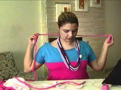 Como fazer colares de tecido ou trapilho - Dicas de Mulher Yarn Necklace, Fabric Necklace, Scarf Jewelry, Crochet Necklace, Turban Tutorial, Shirt Tutorial, Paper Jewelry, Fabric Jewelry, Heart Knot