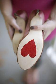 靴底にメッセージをぺたっ♡『ブライダルシューズステッカー』を貼ってウェディングフォトを撮りたい!にて紹介している画像