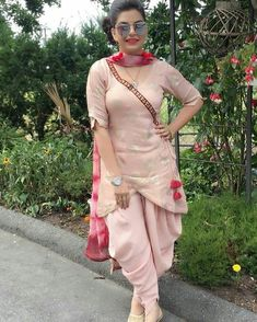Pin by harneek on designer Suits in 2019 Stylish Dress Designs, Designs For Dresses, Stylish Dresses, Trendy Outfits, Classy Outfits, Salwar Suits Pakistani, Pakistani Dress Design, Dhoti Salwar Suits, Punjabi Suits Party Wear