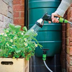 Récupérer l'eau de pluie pour arroser son jardin Garden Hose, Horticulture, New York, Simple, Gardens, Sewage Treatment, New York City, Garden Planning, Nyc