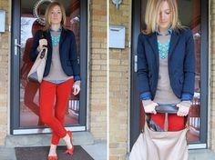 Pantalon rojo, polo gris y blazer azul