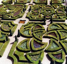 looks like Celtic cross design. Love Garden, Green Garden, Garden Art, Herb Garden, Château De Villandry, Amazing Maze, Awesome, Labyrinth Maze, Rome Antique