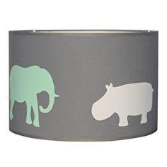 Lamp grijs met dieren in mint groen, bruin en wit De lampenkap is uitgevoerd in grijs en rondom voorzien van een wit nijlpaard, twee bruine giraffen en twee mint groene olifanten. Verkrijgbaar in drie verschillende maten. kinderlamp kinderkamerverlichting dierenlamp jongenslamp meisjeslamp kinderkamer babykamer
