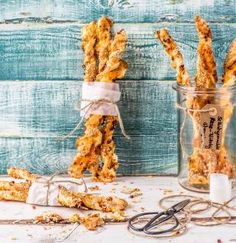 Ihr kriegt heute noch Besuch und braucht was zum Snacken? Dann sind unsere Käse-Blätterteigstangen genau das Richtige für euch!