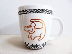 pottery painting ideas This coffee mug is inspired by the Disney movie The Lion King. The front of the mug is painted with the tree drawing of Simba from the movie, Disney Diy, Disney Mugs, Disney Coffee Mugs, Baby Disney, Disney Movies, My Coffee, Coffee Cups, Coffee Art, Diy Becher