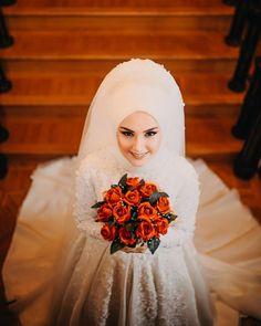 Büsra Rezervasyonlariniz için ☎️0538 456 45 46 numaramizdan bize ulaşabilirsiniz ☺️ Muslim Wedding Gown, Muslim Wedding Dresses, Muslim Brides, Elegant Wedding Hair, Luxury Wedding Dress, Asian Bridal Dresses, Bridal Outfits, Hijab Dress Party, Wedding Couple Poses Photography