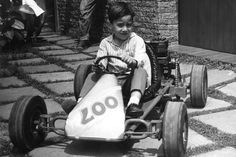 """We are in 1964 Mirante , Brazil. """" Beco """" ( the nickname of the young Ayrton Senna ) mounts his first kart , the """" OO7 """" , to 4 years. Slower than the cars of James Bond, this four -wheeler powered by a lawnmower engine nevertheless reached the 60 km / h ."""