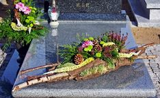 Funeral arrangement made by me - Kirsten Dingemans-Heijlaerts Grave Flowers, Cemetery Flowers, Funeral Flowers, Unique Flower Arrangements, Funeral Flower Arrangements, Deco Floral, Arte Floral, Cemetary Decorations, Flower Shop Decor