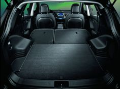 Przestronne i wygodne wnętrze zostało zaprojektowane tak, abyś odczuwał maksymalny komfort podczas jazdy. Każdy element kabiny zachwyca wysoką jakością wykonania.