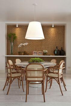 06 idéias e inspirações para a sala de jantar. Uma seleção de salas maravilhosas, como essa com materiais naturais no painel da parede e nas cadeiras de palhinha! Confira mais no blog!