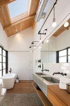 Salle de bain blanche avec revêtement de sol en lame de bois exotique et terrazzo. Meuble de salle de bain en bois et plafond en lambris.