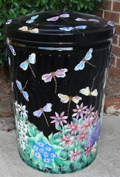 Painted metal trash can. If I can't find another BIG basket for laundry in mudroom, I may have to resort to using a metal trash can. Guess I could paint it or decorate it somehow. Painted Trash Cans, Paint Cans, Diy Design, Garbage Can, Diy Outdoor Furniture, Milk Cans, Trash To Treasure, Painted Chairs, Metal Art