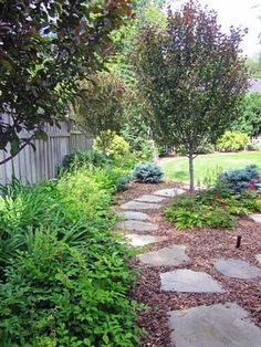 Garden paths can be designed very differently. If you need suggestions for garden paths, take a look at our photo gallery and find the best solution for your own garden design. Flagstone Path, Garden Stepping Stones, Fence Landscaping, Wood Chips Landscaping, Garden Images, Traditional Landscape, Cool Landscapes, Garden Paths, Garden Steps