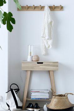 Konsolbord/sengebord af ubehandlet eg. En skuffe med skuffestop. Højde 80 cm. Dybde 30 cm. Bredde 60 cm. Leveres usamlet. <br><br>