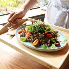 국물을 자작하게 끓인 불고기에 싱싱한 토마토를 곁들여 샐러드로 즐겨보세요. 입안에서 살살 녹는 불고기의 감칠맛과 톡톡 터지는 토마토의 상큼함이 생각지 못한 환상의 궁합을 자랑한답니다... Bulgogi, Korean Food, Salad Dressing, Healthy Habits, Deserts, Food And Drink, Appetizers, Beef, Cooking