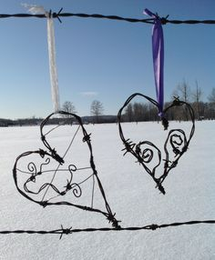 Barbwire hearts Wire Crafts, Metal Crafts, Barbed Wire Art, Rusty Garden, Chicken Wire, Craft Sale, Western Art, Heart Art, All You Need Is Love