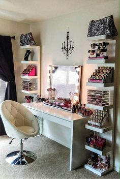 The makeup room design matters. The better designed it is, the easier things get. Need inspiration? If you do, check out our 16 makeup room ideas here Dream Rooms, Dream Bedroom, Closet Bedroom, Teen Bedroom, Bedroom Chest, Mirror Bedroom, Extra Bedroom, Dream Closets, Sala Glam