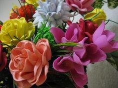 Cómo hacer flores de goma eva paso a paso Dyi Crafts, Flower Tutorial, Gum Paste, Paper Flowers, Craft Projects, Rose, Plants, Crochet, Bouquet Of Flowers