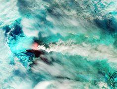 En guise d'images de la semaine, voici quelques scènes impressionnantes acquises par les satellites d'observation de la Terre entre le 15 et le 30 octobre 2013 et illustrant la première tempête d'automne en Europe, un nouveau typhon au Japon, les incendies en Australie et une éruption du volcan Klioutchevskoï dans la péninsule du Kamtchatka. Et aussi... des sous-marins vus par le satellite Pléiades !