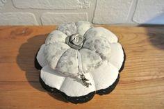 """Pique-aiguilles composé de deux """"citrouilles"""", l'une en drap ancien bordé de dentelle noire cousue main, la seconde en tissus fond gris perle orné de petites roses. Le centre de - 11119335"""