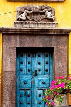Beautiful photo display of the colors that abound on the streets of San Miguel de Allende.