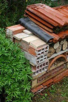 Hôtel à insectes : comment le fabriquer ? Tutoriel illustré - Promesse de Fleurs Bug Hotel, Bird Houses, Firewood, Diy, Inspiration, Garden, Brick Yard, Rock Shower, Pallet Gardening