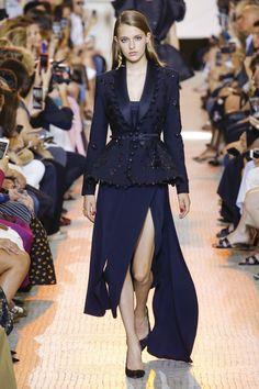 Elie Saab Parigi - Haute Couture Fall Winter - Shows - Vogue. Elie Saab Couture, Style Couture, Couture Fashion, Runway Fashion, Lookbook Mode, Fashion Lookbook, Collection Couture, Fashion Show Collection, Winter Collection