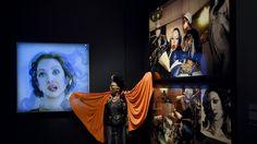 """- A artista francesa """"Orlan"""" posa ao lado de fotos de si mesma no museu Victoria and Albert, em Londres. Ela foi submetida a cirurgia estética para se assemelhar à  Venus de Botticelli. Foto: Toby Melville / Reuters"""