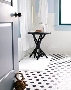a black and white bathroom will never go out of fashion. love the floor