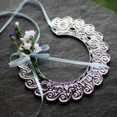 Celtic Wedding Tradition: The bride carries a horseshoe (typically porcelain in modern days) that is worn on her wrist turned up so that the luck does not run out. #Celtic #Traditions