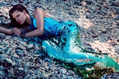 What a strong contrast between the matt bed rocks and the models metallic sparkly dress. At a quick glance she looks like a wet shiny mermaid.