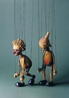 die schlichte fast sterile zurschaustellung der marionetten als ...