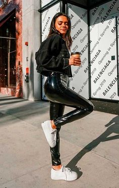 Incredibile Musa do estilo: Michelle Infusino - Jaqueta jeans preta., Incredibile Musa do estilo: Michelle Infusino - Jaqueta jeans preta, calça pret. Incredibile Super Musa do estilo: M. All Black Outfits For Women, Black Women Fashion, Look Fashion, Womens Fashion, Fashion Tips, Fashion Trends, Fashion Videos, 2000s Fashion, Fashion Lookbook
