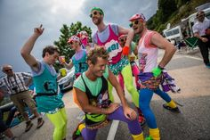 2013 18/7 rit 18 Alpe d'Huez > A 1980s neon dance troupe is all the rave just north of the 'Dutch' corner at 5km to go